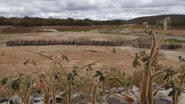Barragem Contendas, construída com verba do Ministério da Integração, abastecia povoados de Jutaí e São Mateus. Porém, desde janeiro, o reservatório está completamente seco. (Foto: Luna Markman/G1)