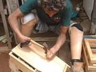 Após perder dedos pela hanseníase, artesão faz brinquedos de madeira