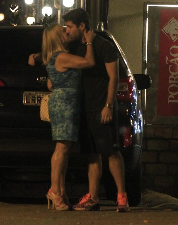 Susana Vieira e Sandro Pedroso trocam beijos na Zona Oeste do Rio (Foto: Delson Silva/ Ag. News)
