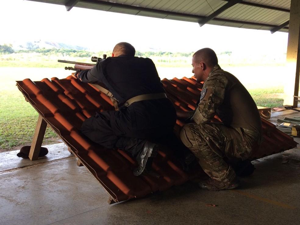 Atirador durante treinamento de tiros de precisão do Exército brasileiro realizado em maio deste ano (Foto: Divulgação/Centro de Instrução de Operações Especiais do Exército)