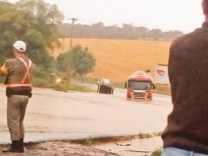 Na ERS-324, caaminhão tentou passar por trecho alagado e acabou preso no local (Foto: CRBM/Divulgação)