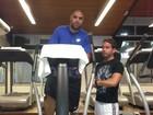 Adriano tenta recuperar boa forma na academia