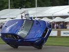 Jaguar F-Pace percorre subida de Goodwood em duas rodas