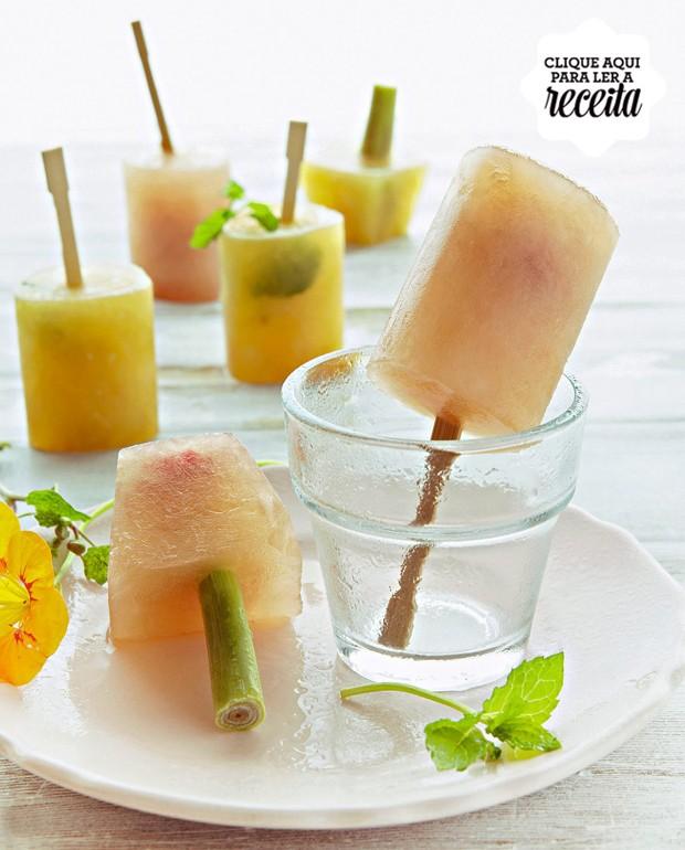 Picolés de goiaba e framboesa e de laranja e cereja: em ambos, a base é de chá de frutas. Para um charminho extra, você pode substituir o palito por um talo de capim-limão (Foto: StockFood /Great Stock!)
