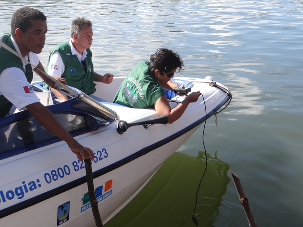 Técnica do IMA monitora quantidade de oxigênio na água (Foto: Waldson Costa/G1)