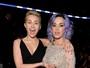 Toma lá, dá cá: Katy Perry leva apalpada de Miley Cyrus e retribui