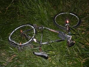 Corpo da vítima e bicicleta foram arremessados para fora da rodovia em acidente (Foto: Julio César Dias/ Show Francisco)
