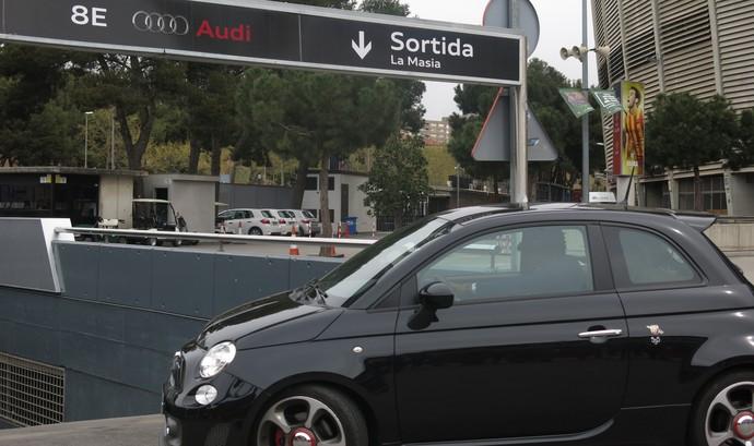 Carro de Alex Song na chegada ao Camp Nou (Foto: Cíntia Barlem)