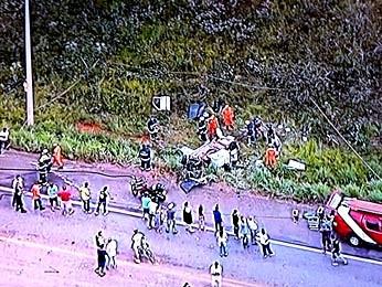 Imagem aérea mostra carro destruído após acidente na DF-001 (Foto: Reprodução/TV Globo)