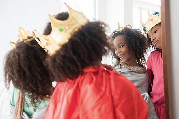 Meninas se olhando no espelho (Foto: JGI / Jamie Grill / Getty Images)