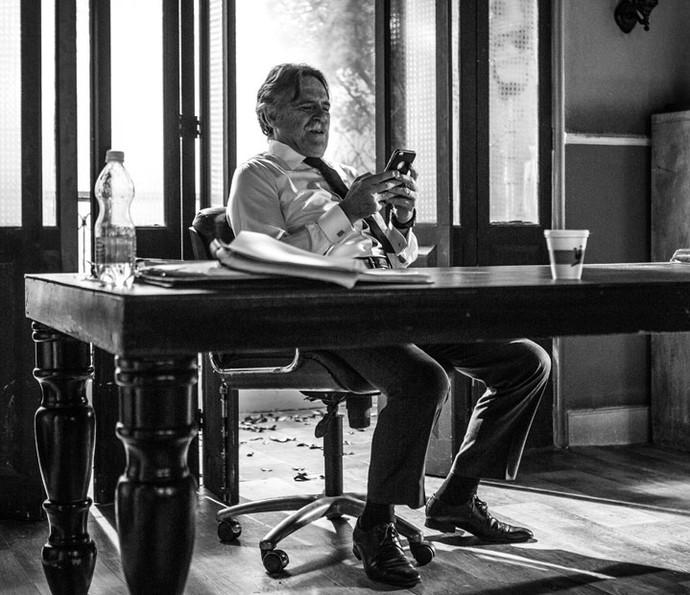 José de Abreu, intérprete do grande vilão da novela, descontrai no intervalo da gravação (Foto: Fabiano Battaglin/Gshow)