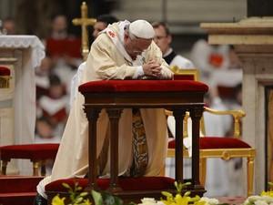 O Papa Francisco reza nesta quinta-feira (24) na Basília de São Pedro, no Vaticano (Foto: AFP)
