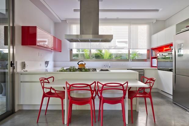 Casa contemporânea tem mobiliário colorido (Foto: Marcelo Stammer/Divulgação)