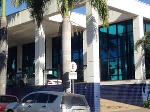 Grupo entrou no hospital e abordou dois funcionários; bandidos fugiram levando computadores (Foto: Carolina Mescoloti/G1)