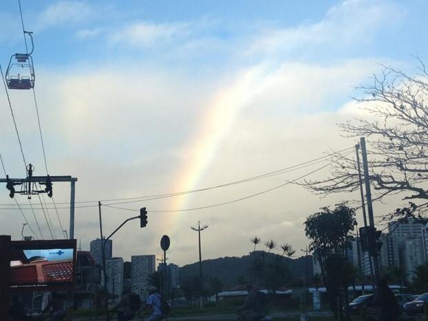 Arco-íris visto em frente a praia do Itararé, em São Vicente (Foto: Mariane Rossi/G1)