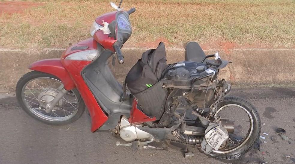 Motocicleta ficou destruída após acidente na Rodovia Marechal Rondon (SP-300) na manhã desta quinta-feira (6) (Foto: Reprodução / TV TEM)