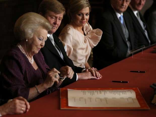 Rainha Beatrix, durante ato de abdicação ao trono em favor do filho, Willem-Alexander e sua esposa Maxima, no Palácio Real, em Amsterdã. (Foto: Reuters)