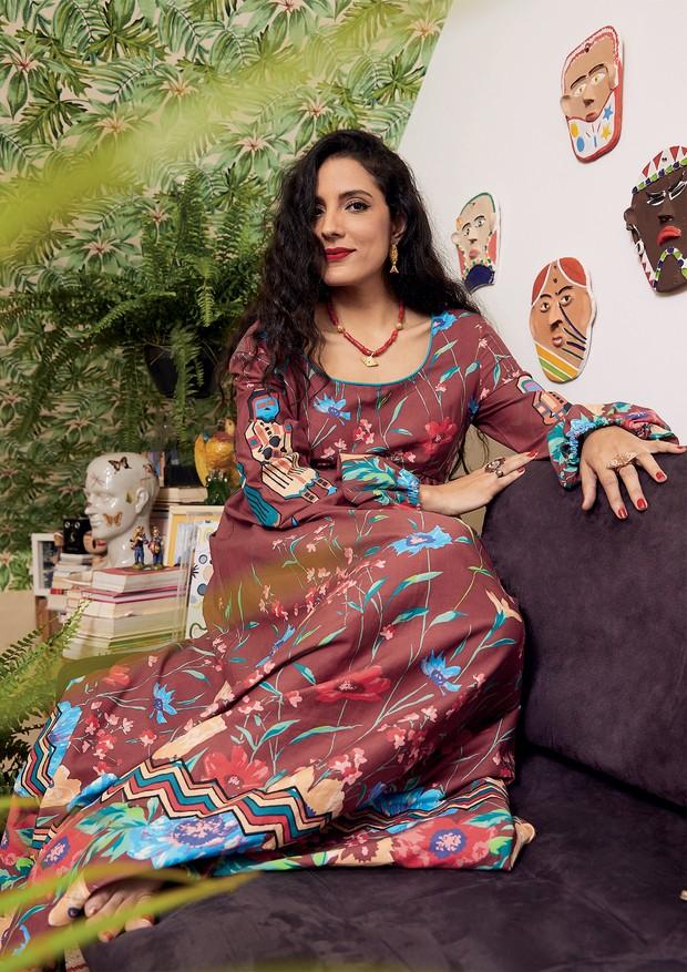 Fotografada em sua casa no Jardim Botânico, no Rio de Janeiro, Julia Gastin usa vestido Isabela Capeto. Todas as bijoux das fotos são da marca que leva o nome da carioca (Foto: Pedro Loreto)