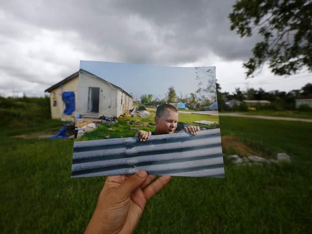 Foto tirada há 10 anos, após a passagem do furacão Katrina em Nova Orleans, é exibida no mesmo local pelo fotógrafo Carlos Barria (Foto: REUTERS/Carlos Barria)
