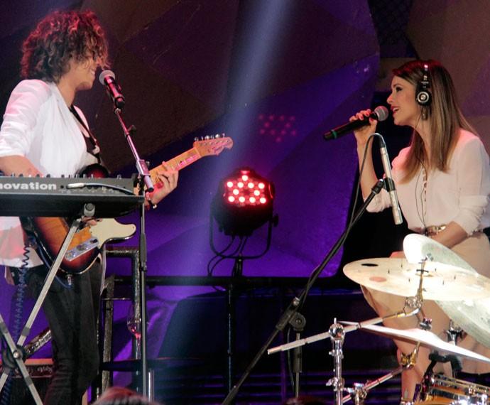 Maria Gadú e Sandy cantam juntas no 'Altas Horas' (Foto: Marcos Mazini/Gshow)