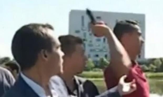 Cristiano Ronaldo se irritou com jornalista e atira microfone em lago (Foto: Reprodução/YouTube)