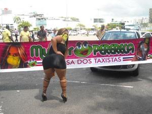 Mulher Perereca em campanha pelas ruas de Salvador (Foto: Lilian Marques/G1)