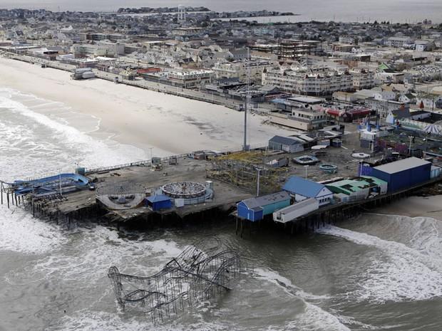 31 de outubro - À beira-mar, parque de diversões em  Seaside Heights, Nova Jersey, foi destruído pela força da tempestade (Foto: Mike Groll/AP)