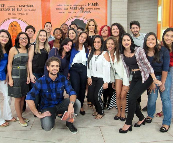Estudantes que vieram assistir ao programa tiram foto com os apresentadores  (Foto: Carolina Morgado/Gshow)