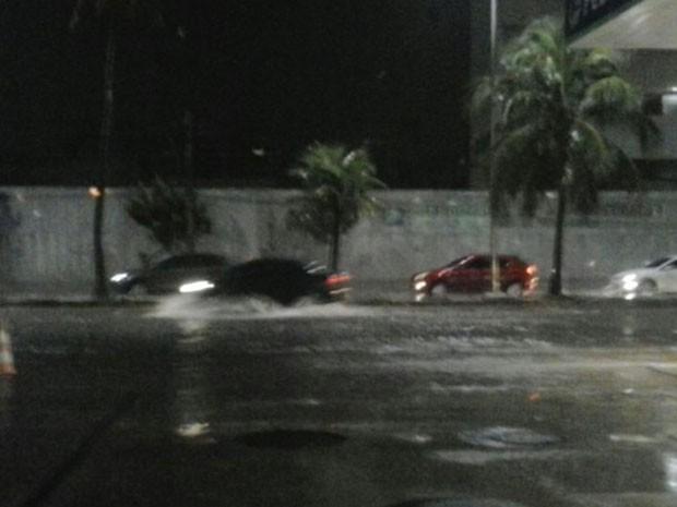 Na Antônio de Góes, no Pina, carros passavam devagar (Foto: Reprodução / WhatsApp)