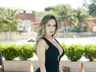 Mulher Melão posa com longo decotado: 'Nua agora só na Sexy'