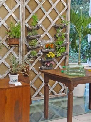 Horta em garrafa PET é ideal para apartamentos (Foto: Mais Você / TV Globo)