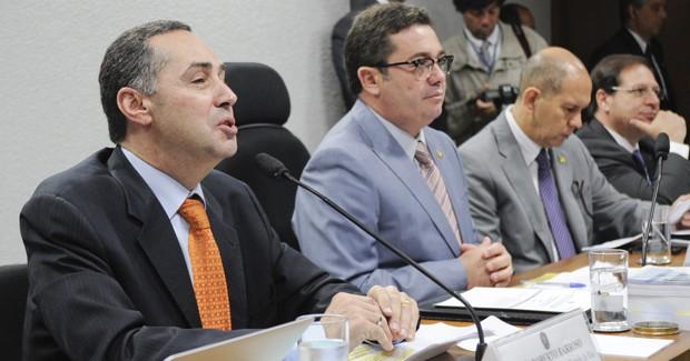 O constitucionalista Luís Roberto Barroso (primeiro à esq.) durante sabatina na Comissão de Constituição e Justiça do Senado (Foto: Geraldo Magela/Ag.Senado)