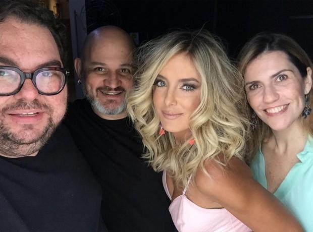Ticiane Pinheiro posa com equipe de ensaio (Foto: Reprodução/Instagram)