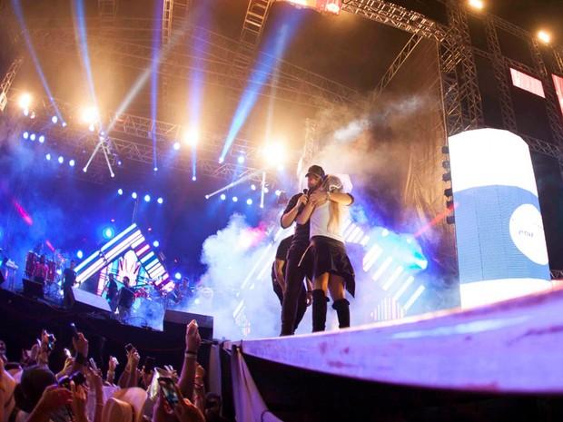 Fã abraça o cantor Wesley Safadão (Foto: Fifo Albertoni)