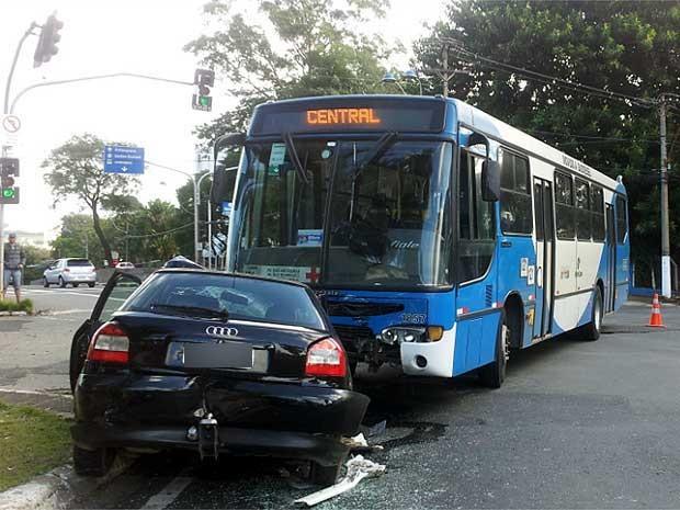 Carro bate contra ônibus na Avenida João Jorge , em Campinas (Foto: Fernando Pacífico/ G1 Campinas)