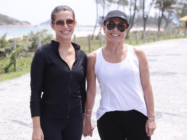 Cleo Pires e Cissa Guimarães também gravaram na praia (Foto: Salve Jorge/ TV Globo)