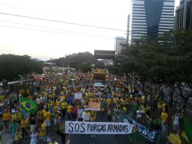 Manifestantes saíram da Praça do Papa em direção à Praia de Camburi (Foto: Letícia Golçalves/ A Gazeta)