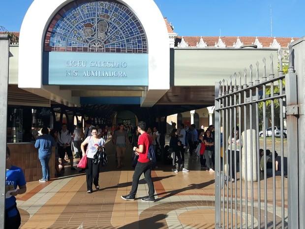 Alunos deixam local de prova em Campinas após exame da primeira fase da Unicamp (Foto: Luciano Calafiori / G1)