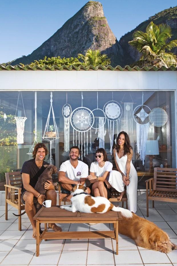 """Ponto de vista. Da esquerda para a direita, Francisco, André, Marcela e Paloma. """"Dar valor para o que esta casa proporciona envolve um certo olhar de turista"""", diz Paloma (Foto: Lufe Gomes / Editora Globo)"""