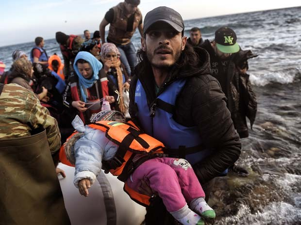 Imigrantes chegam neste domingo (8) na ilha grega de Lesbos (Foto: AFP PHOTO / ARIS MESSINIS)