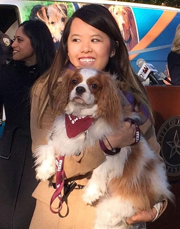 Bentley encheu Nina Pham de lambidas durante reencontro (Foto: Lisa Maria Garza/Reuters)