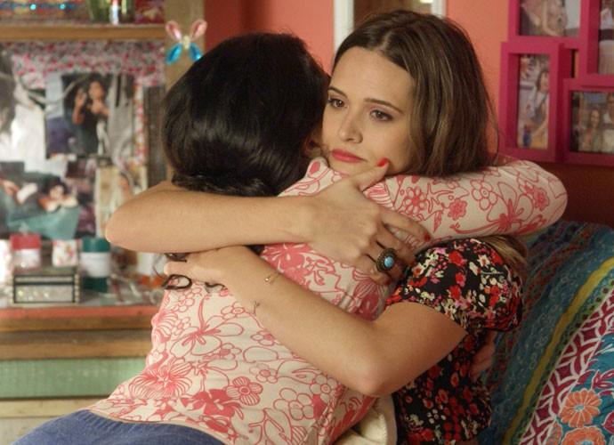 Débora abraça Cassandra em momento fofo das irmãs (Foto: TV Globo)
