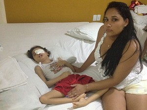 Adrielle cuidando de Pyetra, em Salvador. (Foto: Maiana Belo/G1 Bahia)