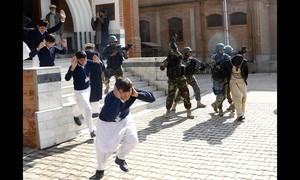 Militares fazem treinamento em escola de Peshawar, no Paquistão