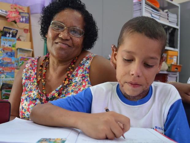 Gustavo Kenedi e a professora Natalícia durante a aula (Foto: Stefhanie Piovezan/G1)