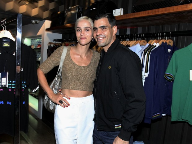 Juliano Cazarré e a mulher, Letícia Cazarré, em evento na Zona Sul do Rio (Foto: Alex Palarea/ Ag. News)