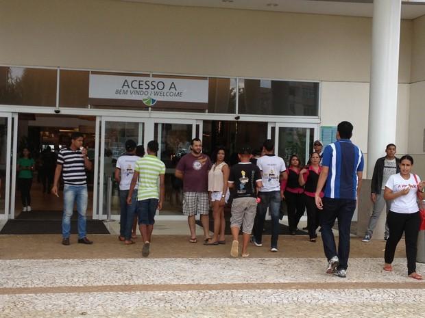 Seis jovens comparecem ao shopping de Porto Velho para o rolezinho (Foto: Ivanete Damasceno/G1)
