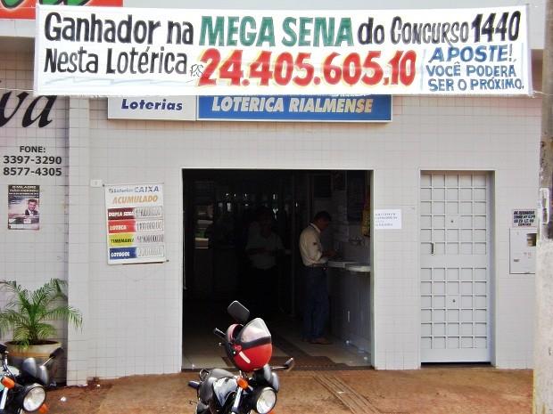 Fachada da única loteria de Rialma, Goiás, onde foi feita a aposta ganhadora do prêmio de R$ 24 milhões. (Foto: Rosa Ribeiro/Divulgação)