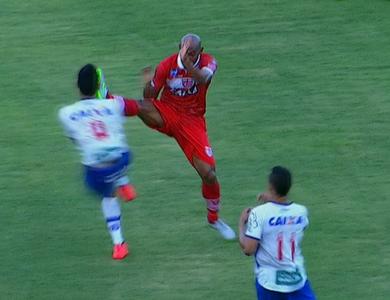 Flávio Boaventura, do CRB, falta em Hernane (Foto: Reprodução SporTV)