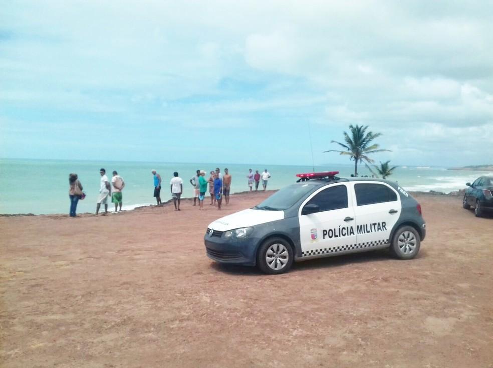 Corpo encontrado atraiu curiosos ao chapadão, que fica entre as praias do Amor e das Minas (Foto: Ediana Miralha/Inter TV Cabugi )